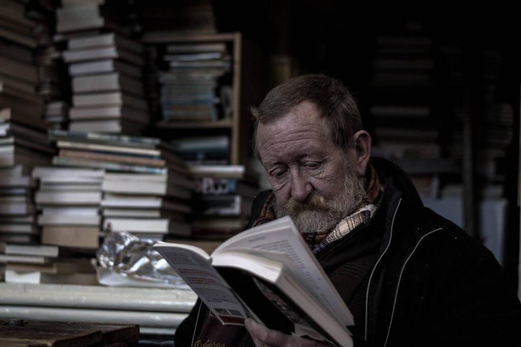 umirovljenik čita