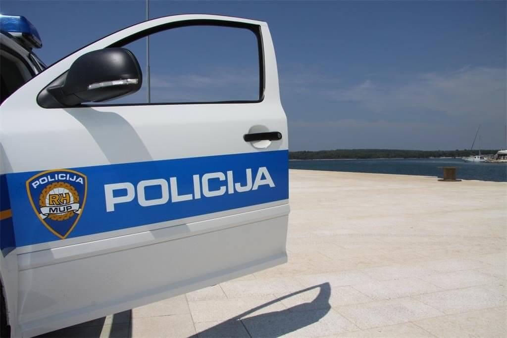 policijski auto i more